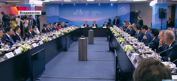Bà Thái Hương (mặc áo đỏ, người phụ nữ duy nhất tại cuộc gặp, ngồi gần đối diện với ngài Putin) trong buổi tiếp kiến Tổng thống Putin cùng khoảng 40 nhà đầu tư khác