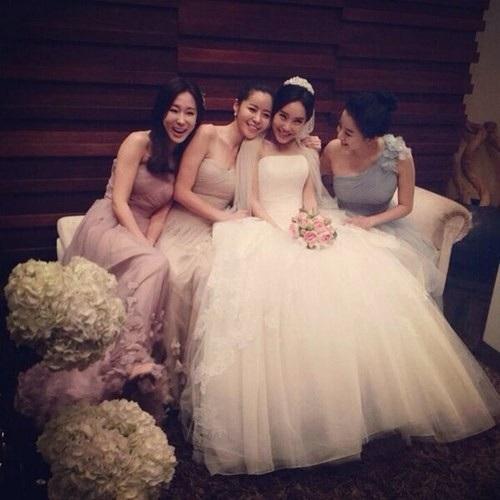 Nữ ca sĩ kiêm diễn viên Sung Yu-ri trong hôn lễ giản dị. Cô chỉ mời một số đồng nghiệp thân thiết nhất trong giới showbiz tới chia vui với mình.