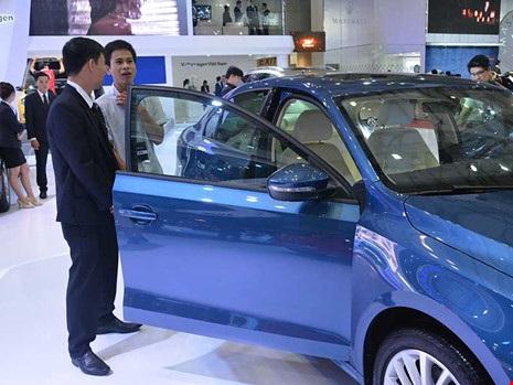 Ô tô nhập khẩu trong khu vực ASEAN đang tràn vào Việt Nam. Trong ảnh: Khách hàng đang tìm mua ô tô. Ảnh: QUANG HUY