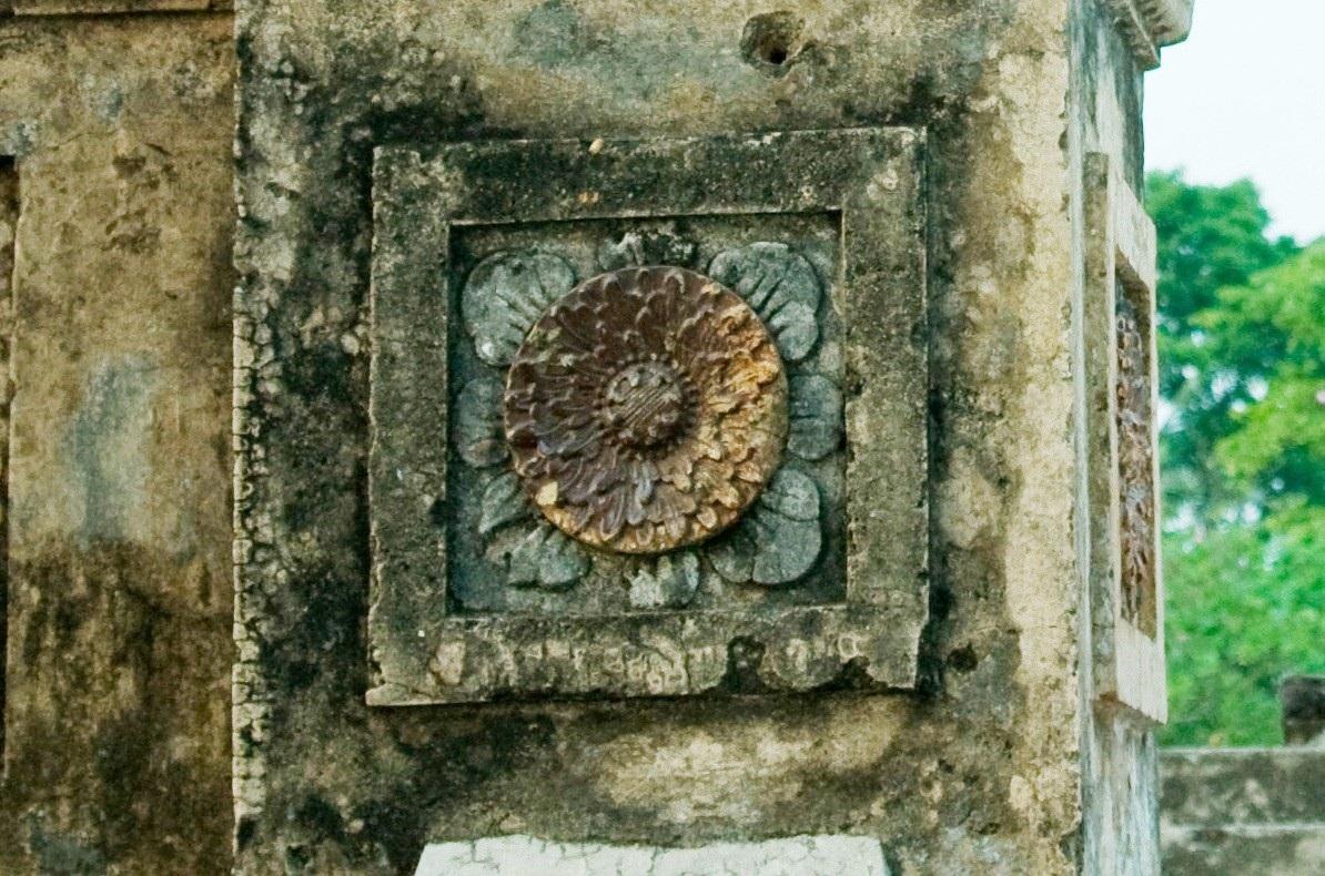 Tấm phù điêu trước khi trùng tu có đầy đủ nhụy, cánh hoa