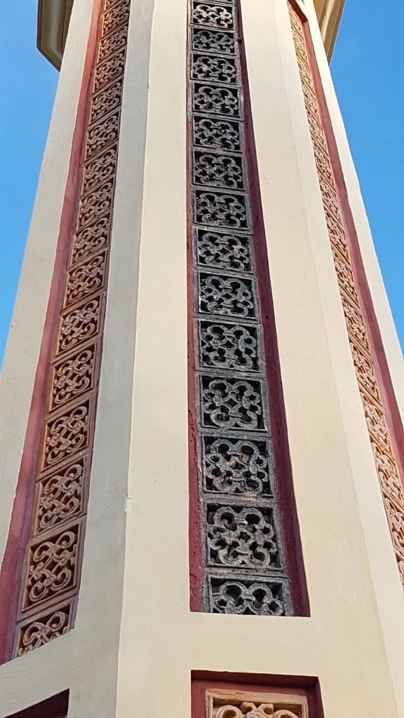 Trang trí phù điêu màu xanh (ở giữa) trên cột trụ biểu từ lúc xưa còn giữ lại