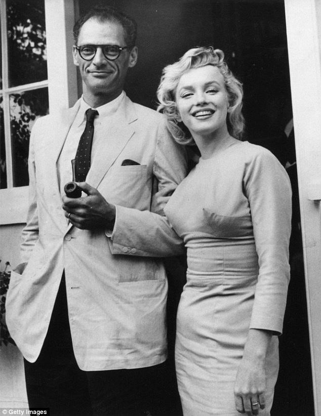 """Tại New York, Marilyn đã gặp và yêu biên kịch Arthur Miller. Cặp đôi kết hôn năm 1956. Dù vậy, cuộc hôn nhân này cũng rạn nứt rất nhanh chóng. Cặp đôi cố gắng """"cầm cự"""" được đến năm 1961."""