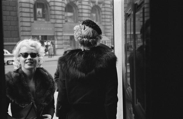 Marilyn ghé qua một salon để chăm sóc sắc đẹp. Nàng ăn vận giống như tất cả những phụ nữ khác trong thành phố và hạnh phúc vì không bị săn đón ở nơi đây.