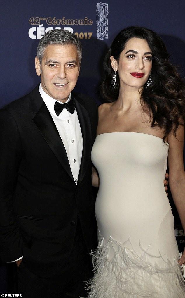 Clooney đã mua căn biệt thự nằm bên bờ sông Thames với giá 7,5 triệu bảng (214 tỷ đồng) hồi năm 2014 ngay sau khi kết hôn với nữ luật sư Amal Alamuddin. Giờ đây, khi họ sắp sửa đón hai con nhỏ chào đời, cặp đôi muốn ổn định lâu dài tại London.