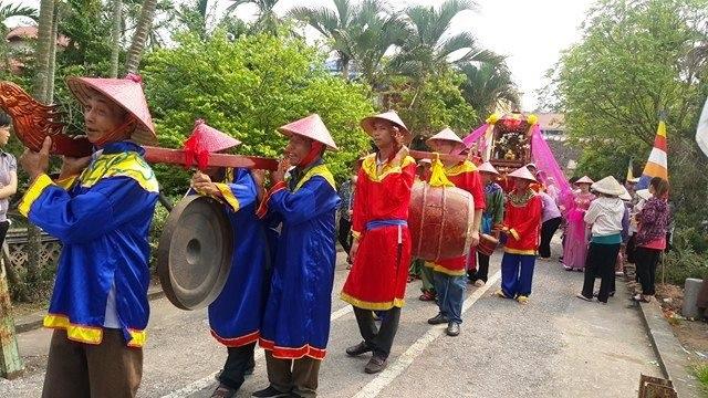 Được tập hợp từ nhiều làng, nhưng khi tham dự lễ rước mọi người đều ăn mặc đúng với trang phục của đoàn, đi đứng rất trang nghiêm tạo thêm không khí long trọng trong buổi lễ.