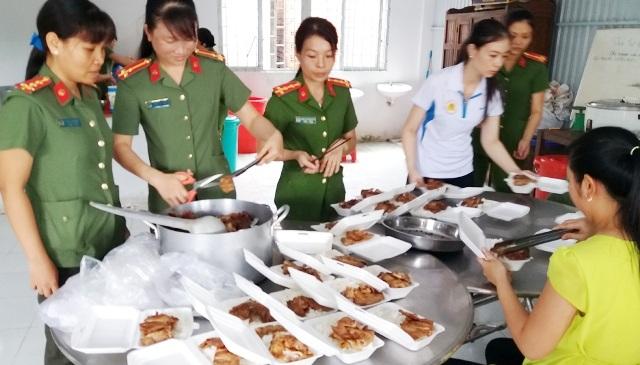 Công an huyện Mỹ Tú tổ chức nấu cơm phục vụ cho thí sinh dự thi THPT quốc gia 2017.