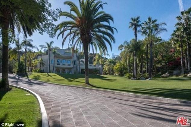 Biệt này nằm ở vị trí đắc địa nhất thành phố Beverly Hills, bang California, Mỹ.