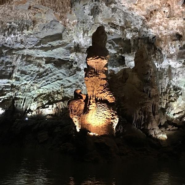 Hệ thống thạch nhũ kiến tạo trong hang vô cùng đa dạng và phong phú về hình hài