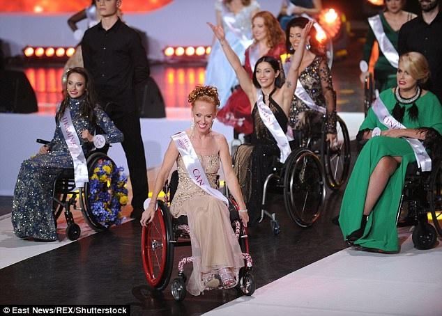 Các cô gái còn thực hiện bài nhảy đồng diễn, có những người tự thực hiện các chuyển động với xe lăn, có những người nhận được sự giúp đỡ của các vũ công.