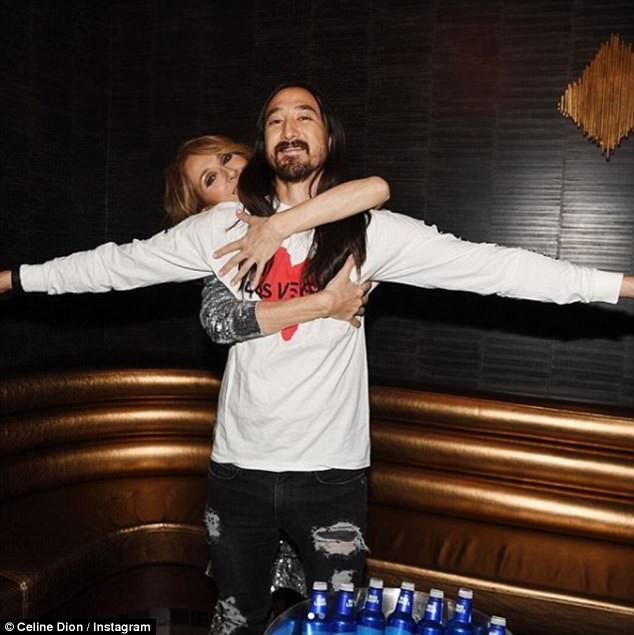 """Sau buổi biểu diễn, Celine Dion đăng tải lên tài khoản Instagram bức ảnh cô vòng tay ôm lấy DJ Steve Aoki từ đằng sau, đó là một khoảnh khắc hài hước gợi nhắc lại cảnh phim kinh điển trong """"Titanic"""" giữa Jack và Rose. Bên cạnh bức ảnh, Celine viết: """"Our hearts will go on""""."""