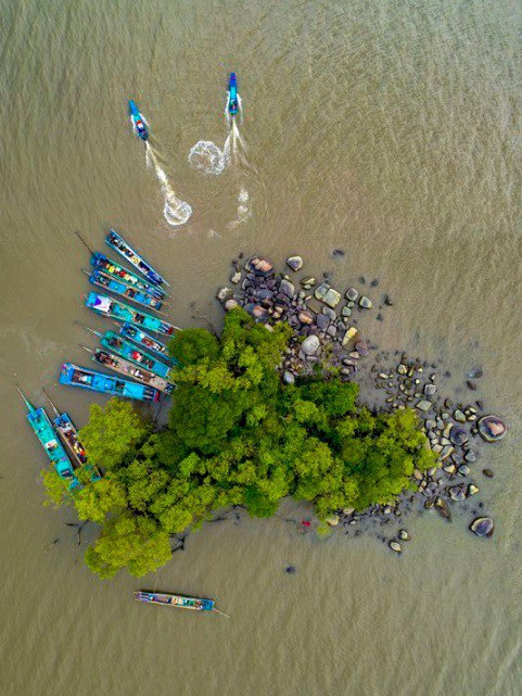 """Ngày 20/12 - ảnh của Trương Anh Dũng: Dưới bức ảnh """"Ốc đảo"""" của mình, tay máy này chỉ chú thích ngắn gọn - """"Một ốc đảo nhỏ, nơi ngư dân họp mặt trước khi đi đánh bắt""""."""