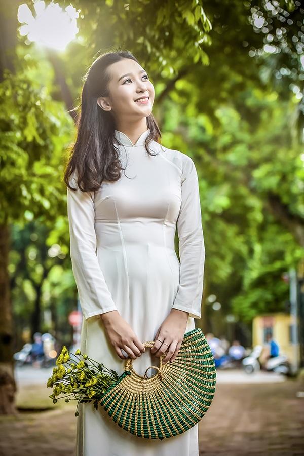 Nguyễn Trang Linh sinh năm 2000, hiện đang học lớp 12A, khoa tiếng Anh, trường PTTH chuyên Ngoại ngữ - Đại học Ngoại ngữ - ĐH Quốc gia Hà Nội.