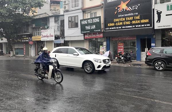 Cơn mưa bất chợt kéo tới khiến người dân vô cùng thích thú sau nhiều ngày chịu nắng nóng đỉnh điểm.