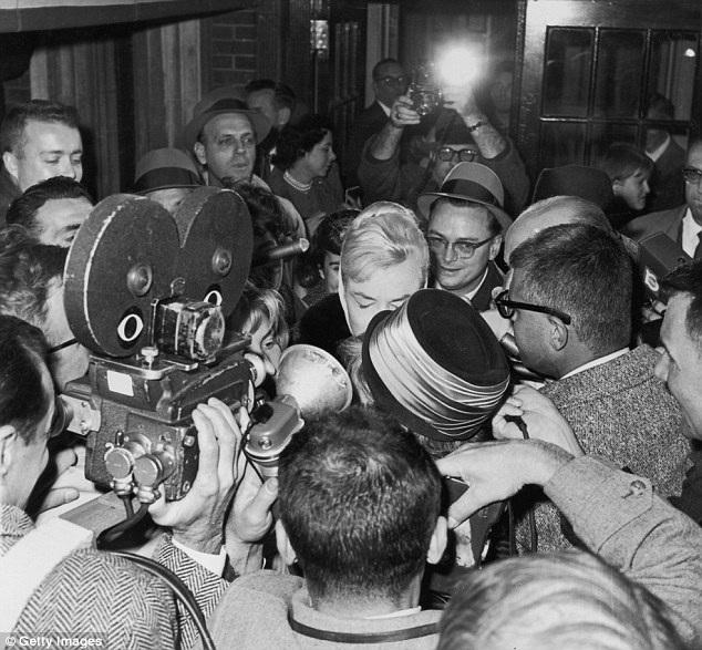 Trong ảnh là khi phóng viên đổ về căn hộ của Marilyn ở New York ngay sau khi thông tin về việc cô ly hôn người chồng thứ ba - biên kịch Arthur Miller - được công bố.