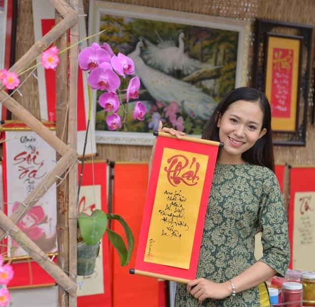 Hoa khôi HSSV Cần Thơ 2016 Nguyễn Thùy Trang tươi cười du xuân sớm.