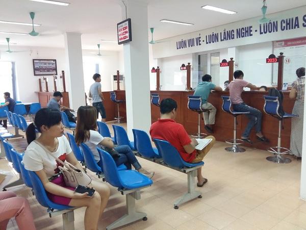 Người lao động làm thủ tục BHTN tại TT DVVL Hà Nội.