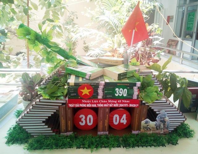 Thư viện huyện Hòa Bình với mô hình Xe tăng 390.