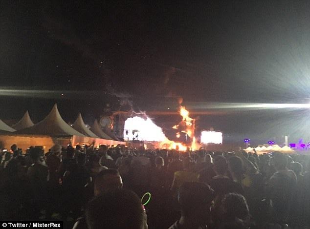 Hàng ngàn người đã bỏ chạy khi lửa bắt đầu bùng lên trên sân khấu.