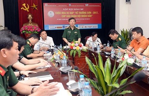 Thiếu tướng Phạm Văn Huấn, Bí thư Đảng ủy, Tổng biên tập Báo Quân đội nhân dân, Chủ tịch Liên đoàn Xe đạp - Mô tô thể thao Việt Nam, Trưởng ban Tổ chức phát biểu tại buổi gặp mặt báo chí.