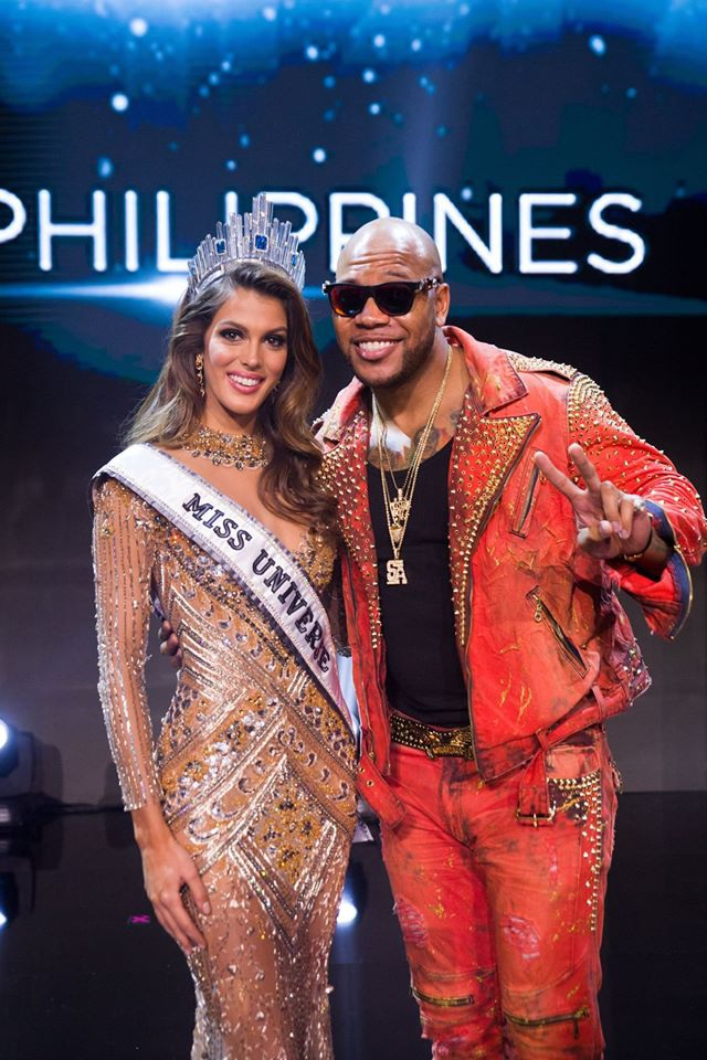 Tân hoa hậu chụp ảnh kỷ niệm cùng ca sĩ Florida, một trong hai nghệ sĩ được mời trình diễn trong đêm chung kết Hoa hậu hoàn vũ 2016.