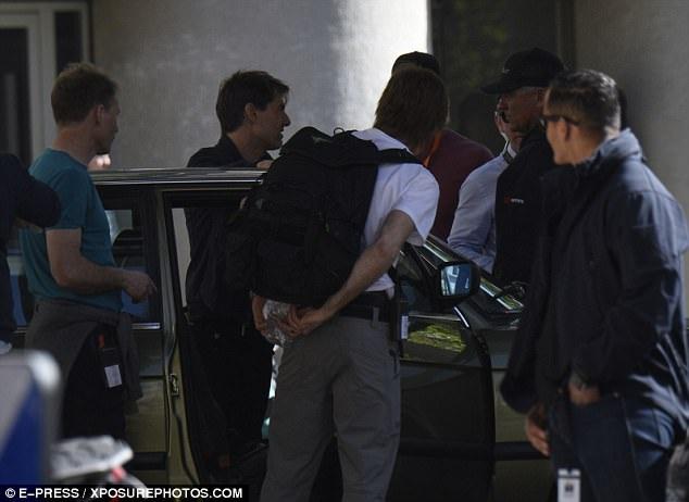 Tom Cruise vui vẻ trò chuyện với các thành viên của đoàn phim.