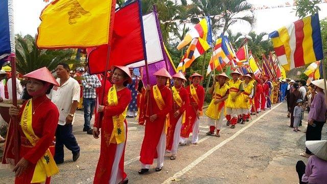Ngoài các bậc nam nhi thì đoàn rước còn quy tụ nhiều chị em phụ nữ trên người với bộ trang phục là áo dài truyền thống, tay cầm cờ hội. Đoàn rước sẽ đi qua nhiều nơi, đi đến đâu người dân 2 bên đường hưởng ứng đến đó để bày tỏ lòng thành kính với đức Phật.