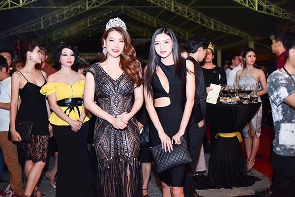 Tray Nguyễn (trái) không muốn dựa hơi chị gái Trương Ngọc Ánh để nổi tiếng.