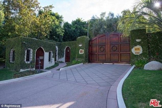Lối cổng vào biệt thự.