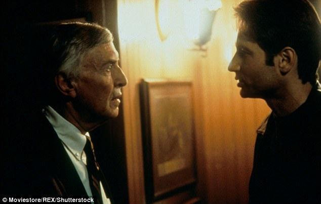 """Martin Landau diễn xuất bên cạnh nam chính David Duchovny trong """"The X-Files"""". Vai diễn của Landau là một vai phụ, xuất hiện hồi năm 1998."""