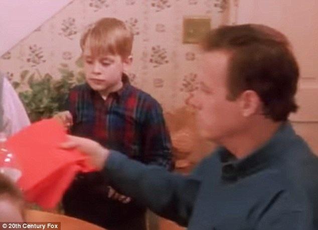 Nam diễn viên John Heard diễn xuất bên diễn viên nhí thời bấy giờ - Macaulay Culkin
