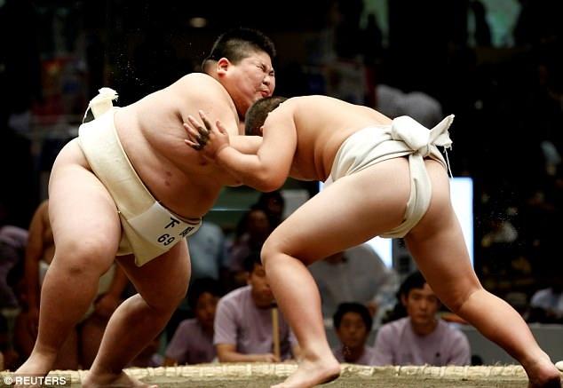 Môn đấu vật sumo được cho là rèn luyện tư cách tốt cho nam giới, giúp họ ngay từ nhỏ đã học được lòng dũng cảm. (Ảnh: Reuters)