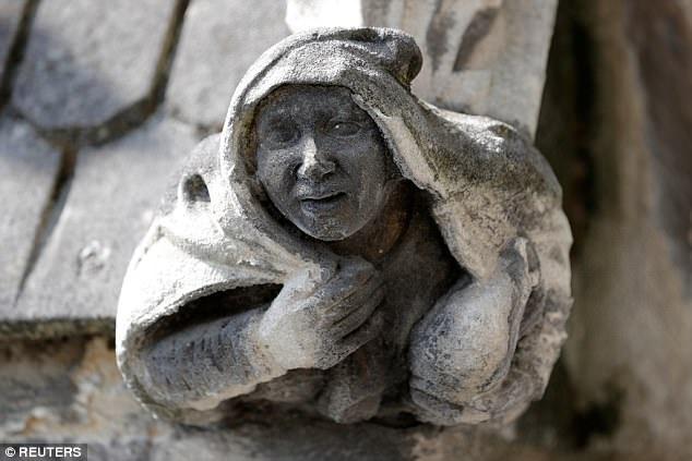 Những miệng máng xối với tuổi đời hơn 800 năm đang dần dần bị thời gian, mưa nắng bóc tách các lớp đá tạo tác, đe dọa làm mất đi vẻ đẹp nguyên bản của diện mạo ngoại thất nhà thờ.