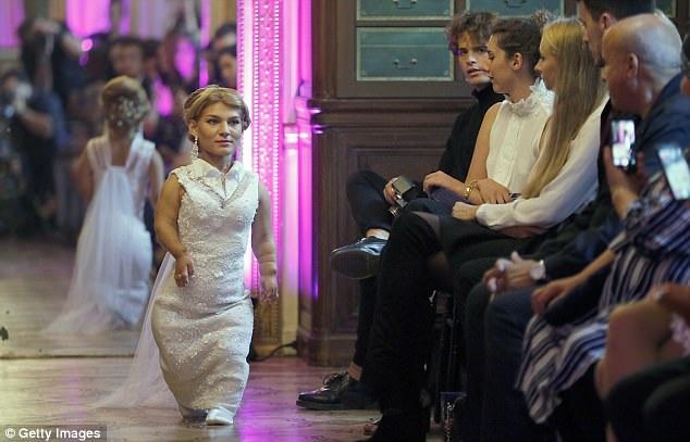 Các người mẫu đều diện những bộ đầm trắng theo phong cách cô dâu.
