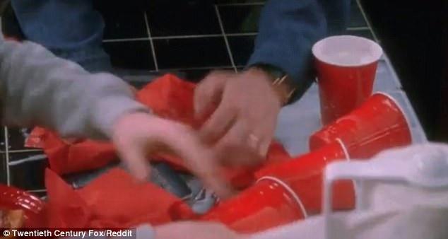 Trong cảnh phim chớp nhoáng được chiếu chậm lại, người ta có thể thấy tấm vé máy bay của Kevin đã bị nằm lẫn trong những chiếc khăn ăn, cốc giấy vương vãi, trong khi đó, người bố của gia đình - Peter McAllister - nhanh chóng dọn dẹp đống bừa bộn này.