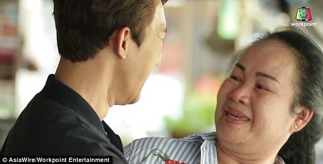 """Đoạn clip cảm động này ghi lại hình ảnh mẹ của Monlin bật khóc khi không nhận ra nổi con trai của mình sau khi anh trải qua phẫu thuật thẩm mỹ trong chương trình truyền hình """"Let Me In Thailand""""."""