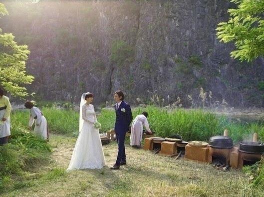 Hôn lễ tổ chức giữa cánh đồng lúa mì, với cỗ cưới được chuẩn bị theo cách truyền thống nhất có thể, của cặp đôi diễn viên Won Bin và Lee Na-young.