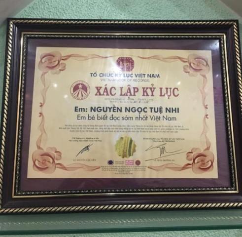 """Tuệ Nhi được xác lập kỷ lục """"Em bé biết đọc sách sớm nhất Việt Nam""""."""