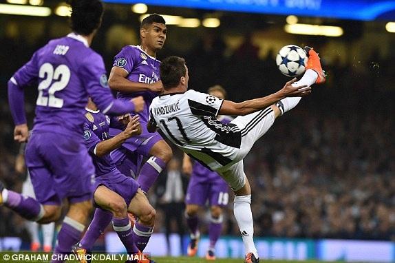 Mandzukic móc bóng tuyệt đẹp gỡ hòa 1-1 cho Juventus