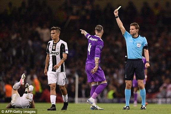 Ramos nhận thẻ vàng sau pha vào bóng thô bạo