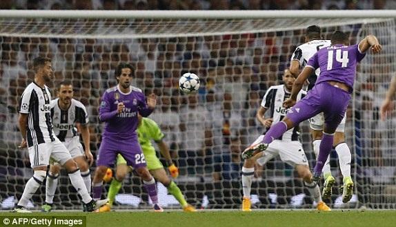 Casemiro sút xa nâng tỷ số lên 2-1 cho Real Madrid