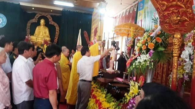 Nghi lễ tắm Phật được các Tăng ni, phật tử thực hiện một cách trang nghiêm, thành kính, cầu mong đức Phật ban bình an, hạnh phúc cho muôn người.