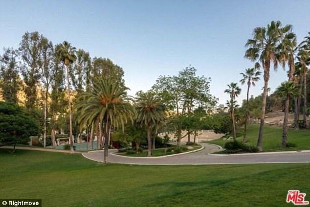 Diện tích sân vườn rộng lớn là một điểm mạnh của căn biệt thự.