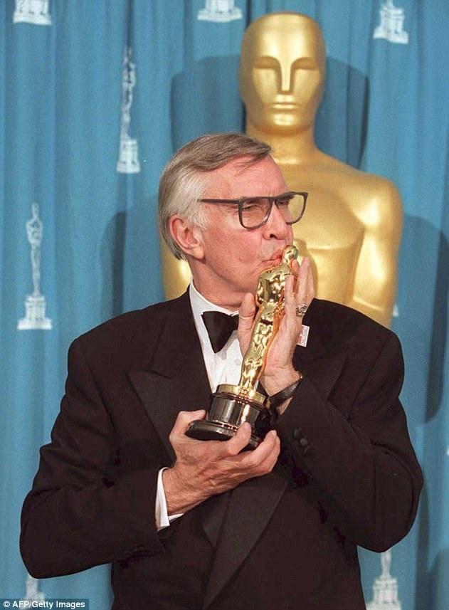 """Martin Landau hôn bức tượng Oscar của mình - phần thưởng mà ông nhận được khi nhập vai xuất sắc hóa thân thành nam diễn viên Bela Lugosi trong """"Ed Wood""""."""