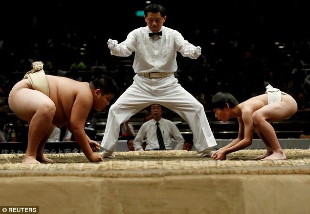 Đối với những cuộc đấu vật sumo dành cho trẻ nhỏ, việc xếp bảng đấu phụ thuộc vào lứa tuổi, không phải dựa vào cân nặng. (Ảnh: Reuters)