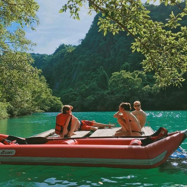 Đến đây du khách có thể chơi các trò chơi mạo hiểm như trượt Zipline, chèo thuyền kayak để được đắm mình trong dòng nước xanh ngắt của sông Chày