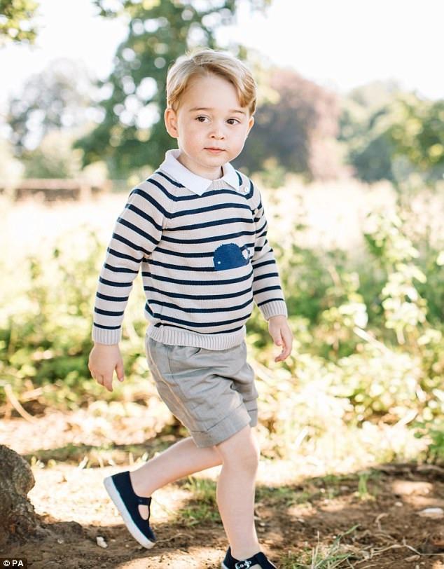 """Những người yêu mến """"hoàng tử bé"""" của nước Anh - George - nhận ra một điều rằng từ trước đến nay, cậu bé này luôn mặc quần soóc bất kể thời tiết đang như thế nào. Đằng sau đó là một lý do thú vị."""