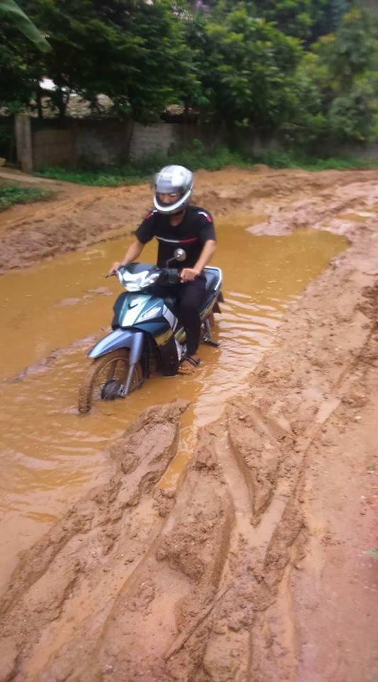 Cả đoạn đường dài ngập trong nước và bùn đất đỏ