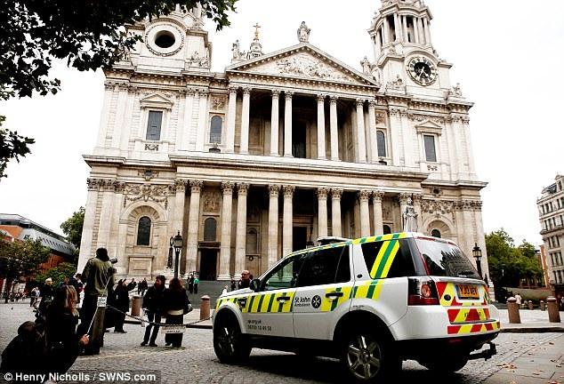 Nhân viên y tế và cảnh sát đã được gọi tới sau khi một nữ du khách bất ngờ nhảy xuống từ ban công nằm dưới mái vòm Nhà thờ chính tòa Thánh Paul. Ban công có chiều cao 30m so với mặt sàn bên trong nhà thờ.