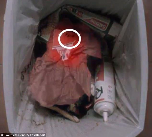 Chiếc vé máy bay bị ném vào thùng rác và trong đoạn phim quay chậm có thể thấy tên của Kevin được viết ở góc trên của tấm vé.