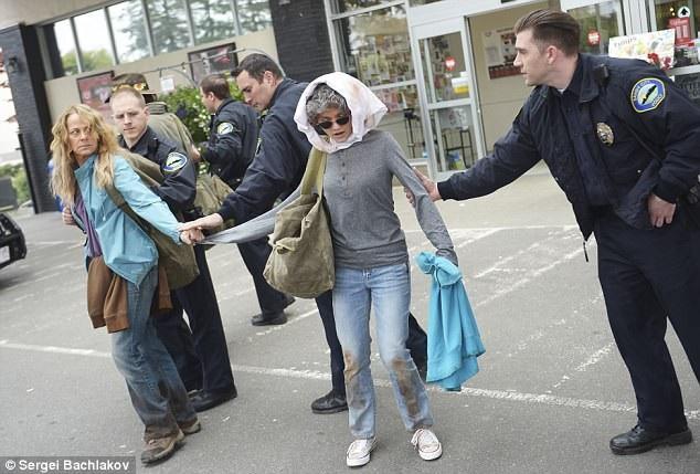 Cảnh phim khắc họa khoảnh khắc cảnh sát tạm giữ ba người có dấu hiệu khả nghi, sau đó, tại trụ sở cảnh sát, Elizabeth đã kể lại toàn bộ sự việc và được đoàn tụ với gia đình sau 9 tháng sống trong địa ngục.